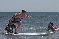 Einbeinige auf Surfbrett