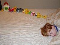 Ein autistischer Junge und von ihm angeordnete Gegenstände