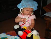 Kind spielt Arzt