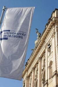 Flagge vor der Universität Würzburg