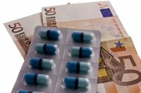 Medikamente und Geld. Foto: Andreas Morlok  / pixelio.de