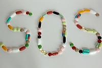 SOS aus Tabletten gelegt
