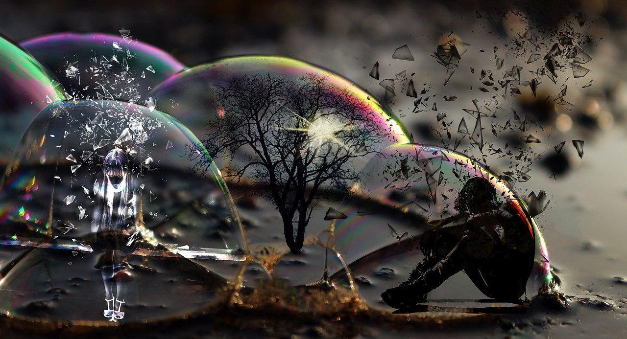 Seifenblasen, die hälftig und schillernd auf dem Boden in dunkler Umgebung aufliegen. In einer Seifenblase steht ein kahler Baum, in einer sitztein Jugenlicher mit hängendem Kopf, in einer steht ein trauriges weiß konturiertes Mädchen. Die Seifenblasen scheinen kaputt zu gehen... Glassplitter fliegen davon...