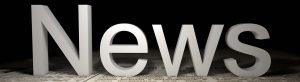 """Die Buchstaben """"News"""" stehen auf einer Zeitung"""